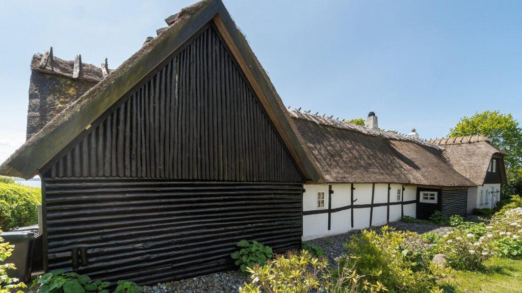 Stråtækt hus med bjælkebeklædning