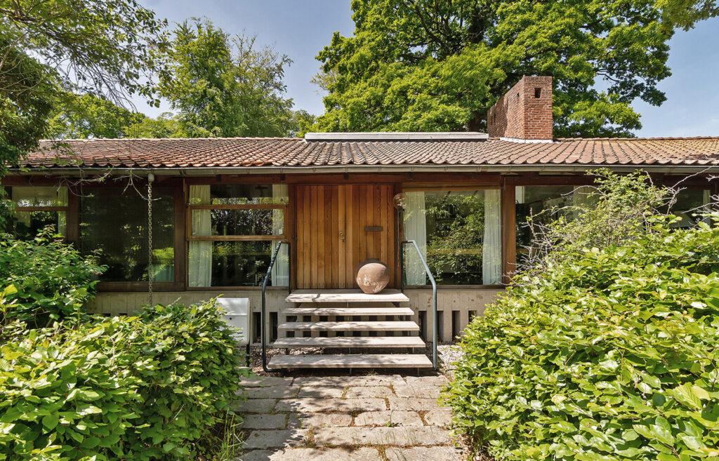 Arkitekttegnet villa i japansk stil i Vedbæk. Store vinduespartier. 70'er villa