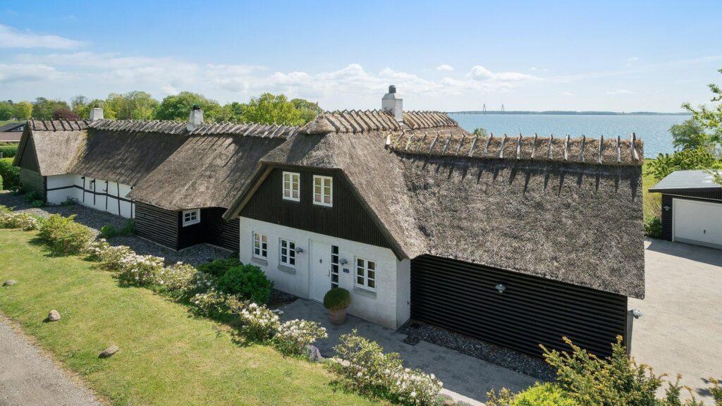 Smukt stråtækt hus ved Bakkebølle Strand