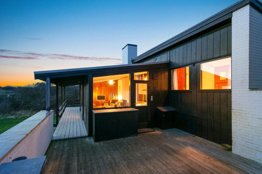 Arkitekttegnet sommerhus på Samsø, sort træbeklædning og hvide mure