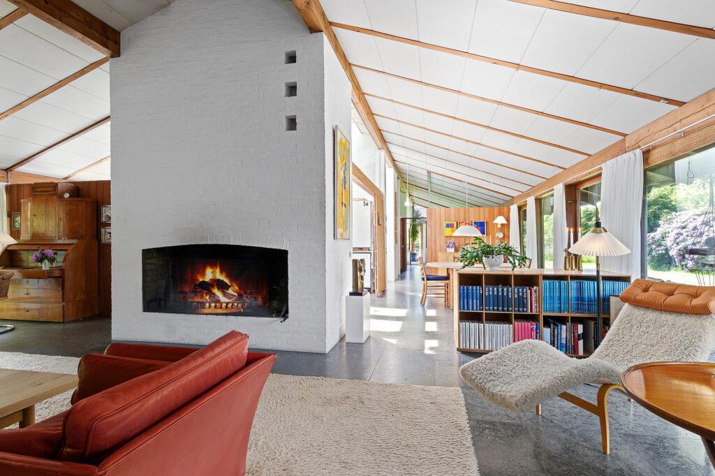 Åben plan. langt kig gennem hus. Arkitekttegnet 70'er villa i Vedbæk, stor pejs
