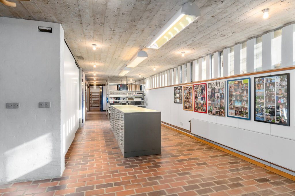 Lys kælder med betonloft, Arkitekttegnet hus.