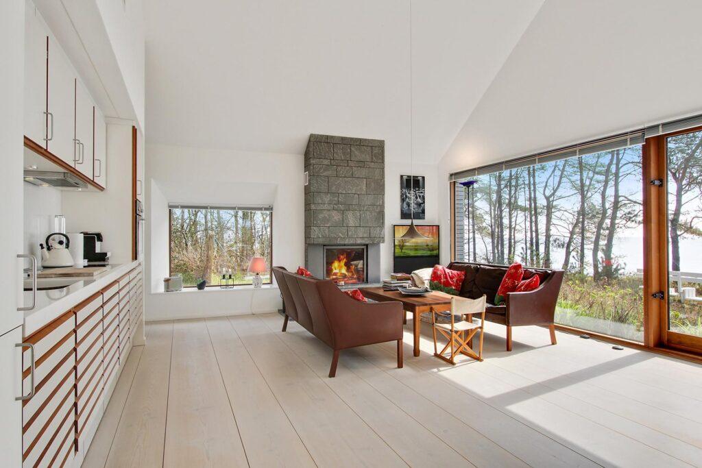 Arkitekttegnet fritidshus på Bornholm, sommerhus tegnet af Henning Larsen Architects, Stue med pejs i granit