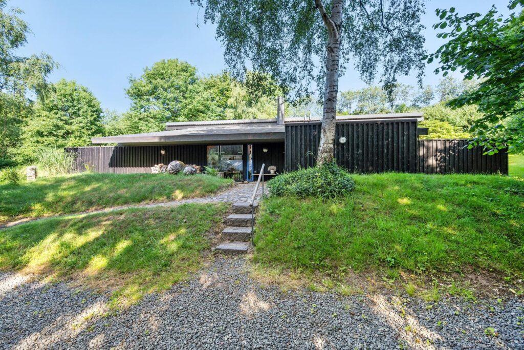 Arkitekt Svend Wichmann villa syd for Aarhus. Arkitekttegnet villa, sort træhus