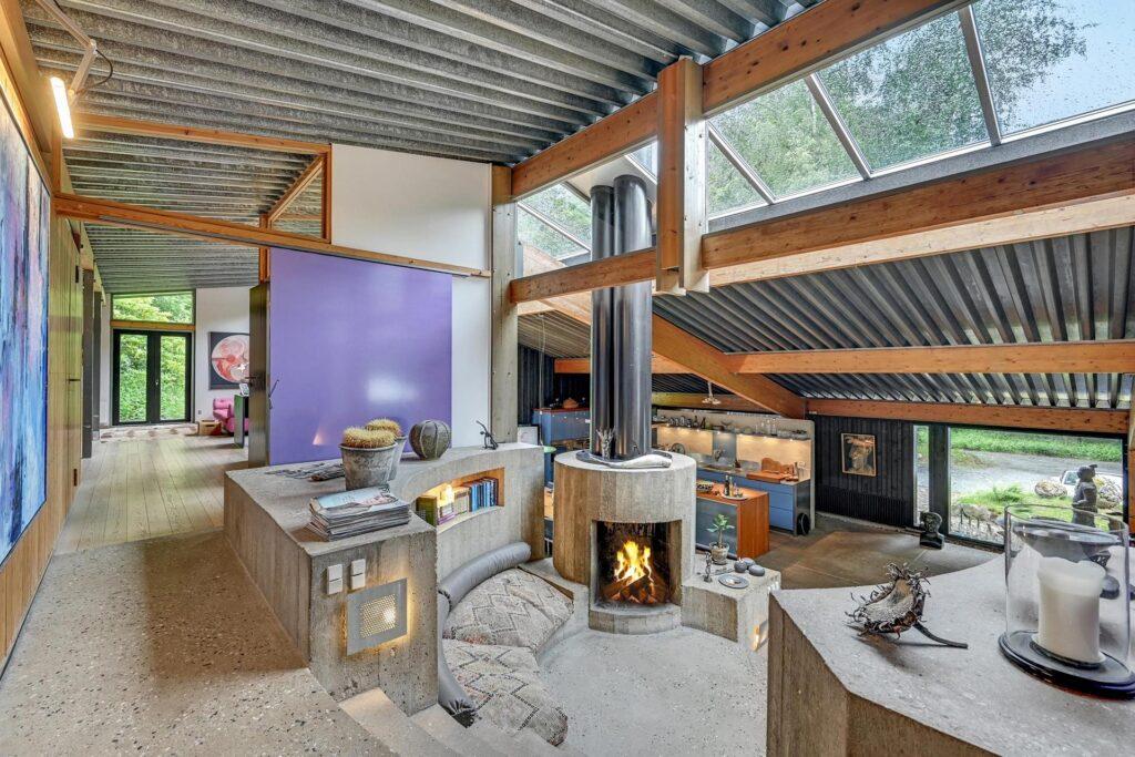 Arkitekt Svend Wichmann villa syd for Aarhus. Interiør fra fællesgården. 60'er arkitektur, betonpejs, betontrappe, smuk beton