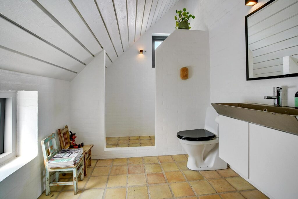 rustikt badeværelse fra 1980'erne, arkitekttegnet hus