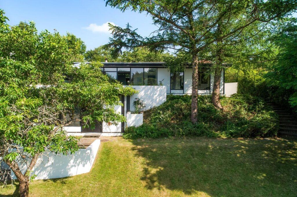 Japansk inspireret arkitekttegnet 60'er hus. Hvidt hus med store vinduer