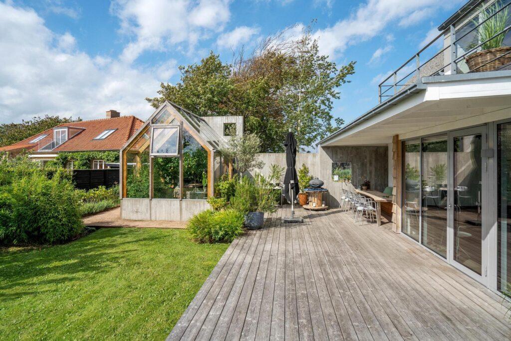 smuk rustik terrasse med drivhus. Haverum med terrasse og drivhus