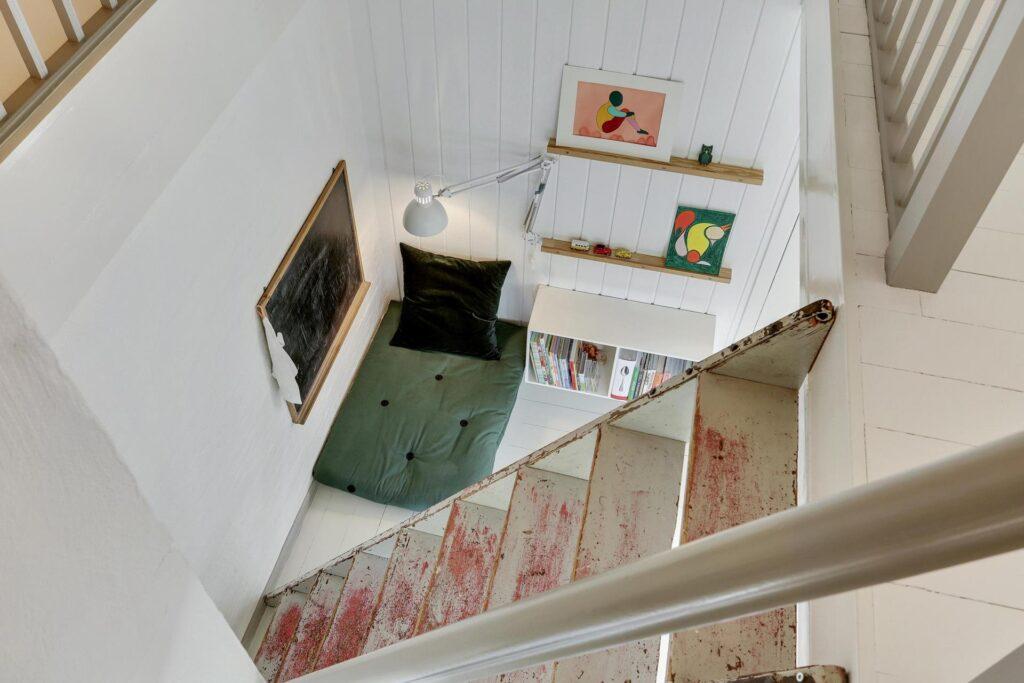 Hyggelig krog under trapper, hus med sjæl
