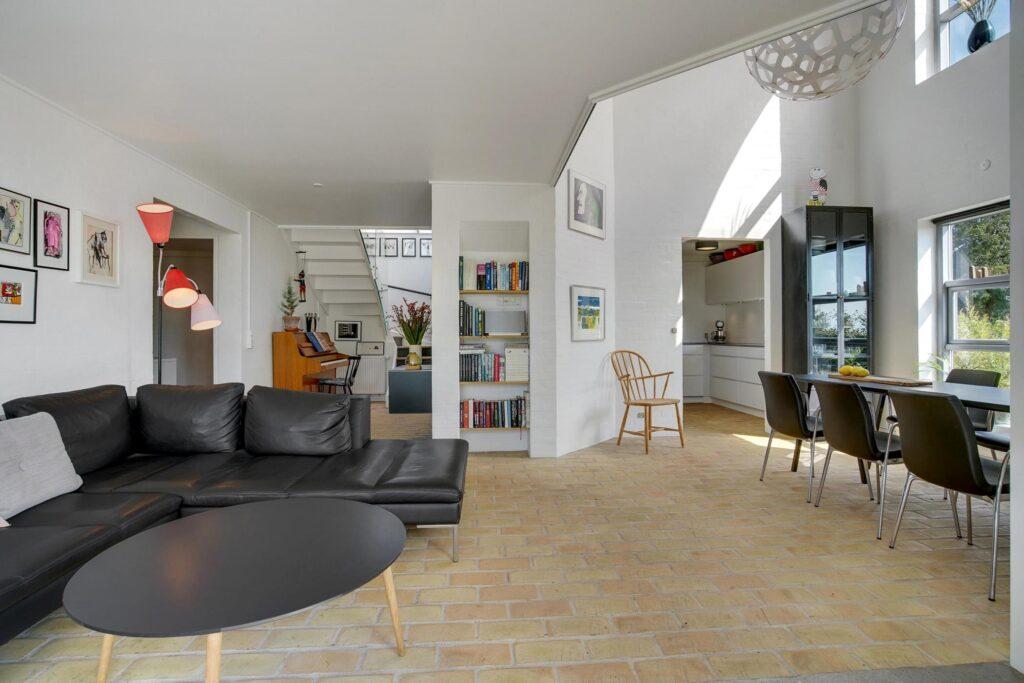 Lys stue i arkitekttegnet villa, rustik stue, postmoderne hus