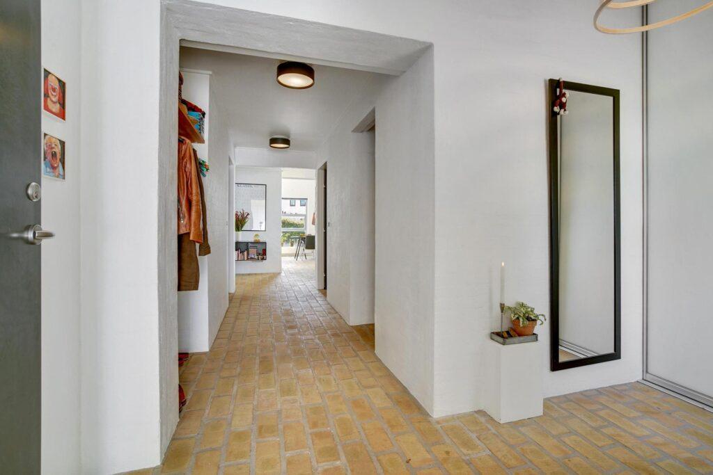 Arkitekttegnet villa i Hjørring, gult teglstens gulv, hvide vægge. gennemkig