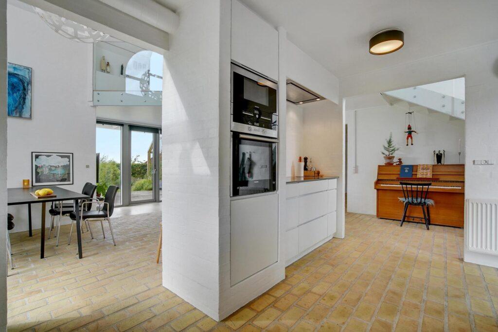 Lyst køkken i arkitekttegnet villa, rustik stue, postmoderne hus