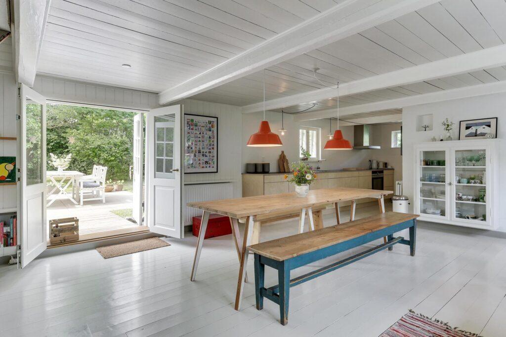 Bindingsværkshus syd for Aarhus, moderniseret bindingsværk, stråtækthus med lyst køkken alrum