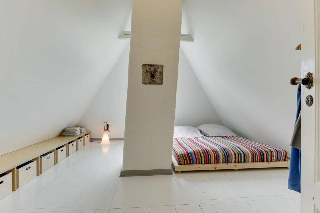 Hvidt soveværelse på loftet, bindingsværkshus