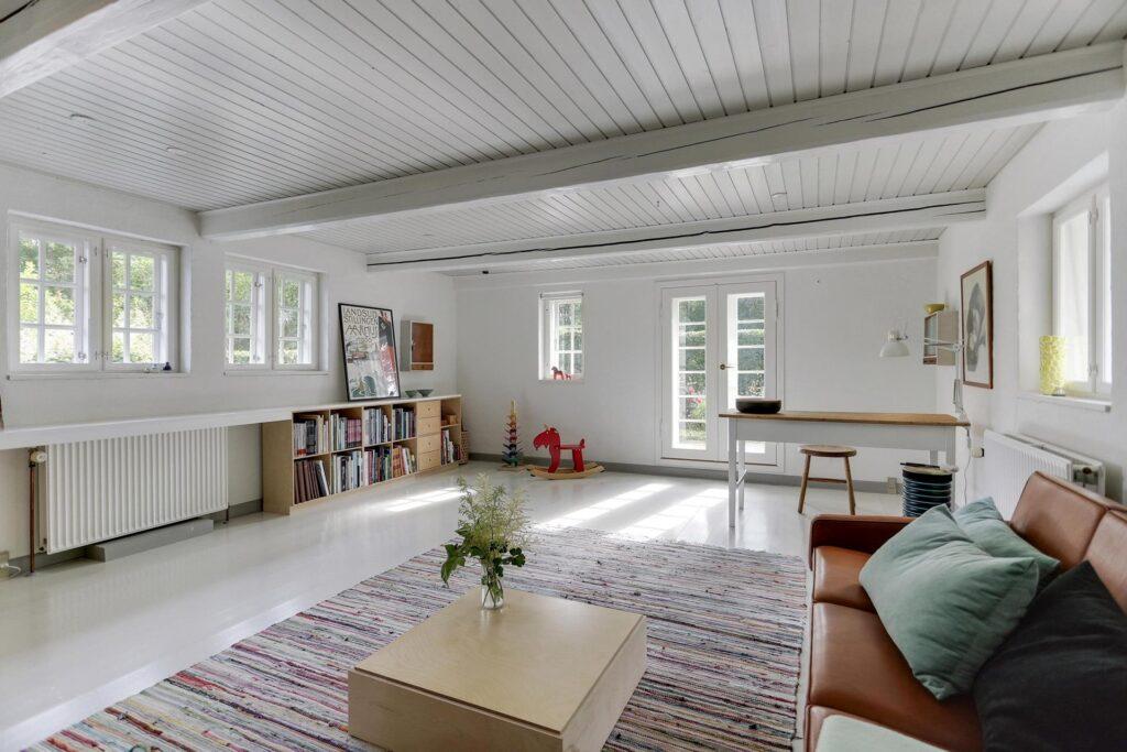 Stue i bindingsværkshus med hvidmalet gulv