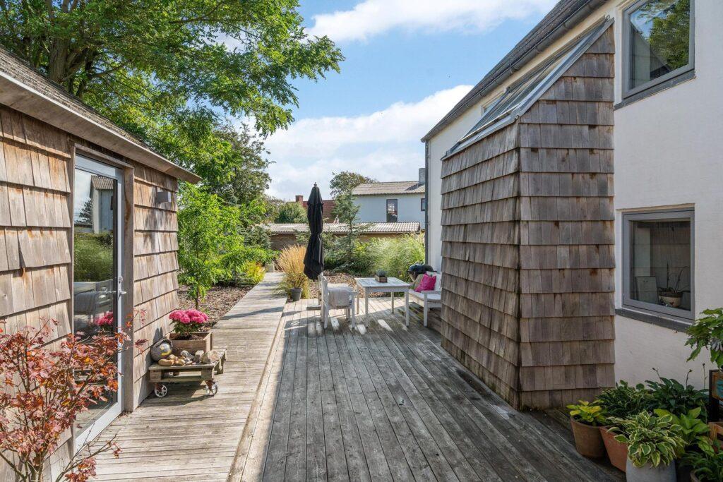 Arkitekttegnet villa med smukt haverum, træterrasse, træflis beklædning