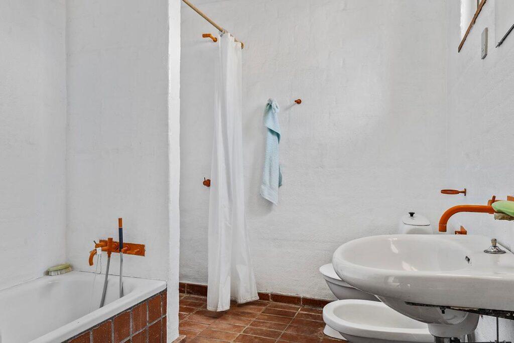 70'er badeværelse med orange Vola armaturer