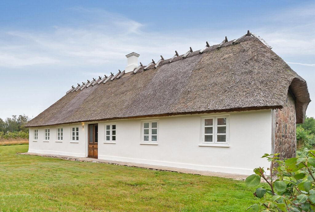Siim gamle skole ombygget til bolig, hus med stråtag