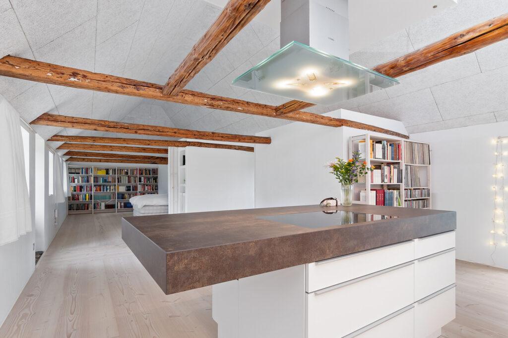lyst højloftet rum i gammel stråtækt hus