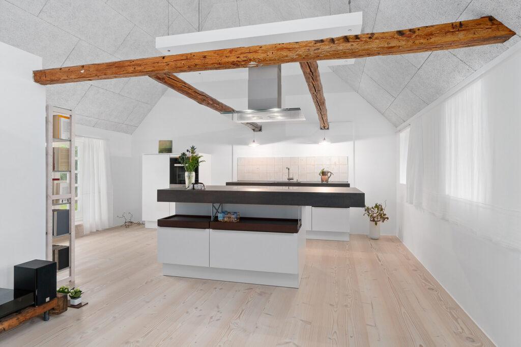 Moderne køkken i gammelt hus, Designerkøkken fra tyske Brock + Stephan tegnet og udført specielt ,l huset: Poggenpohl polar