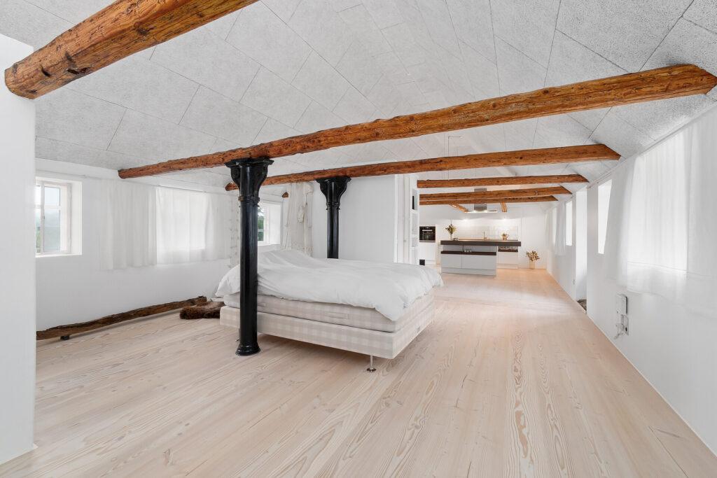 stort rum i et lille hus, skole ombygget til bolig