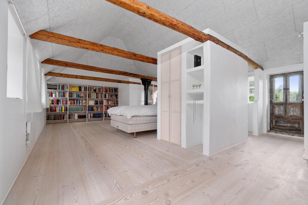 Højloftet rum med fritlagte bjælker