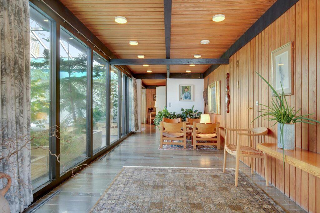 Interiør i arkitektegnet 60'er hus, træpaneler, store vinduer