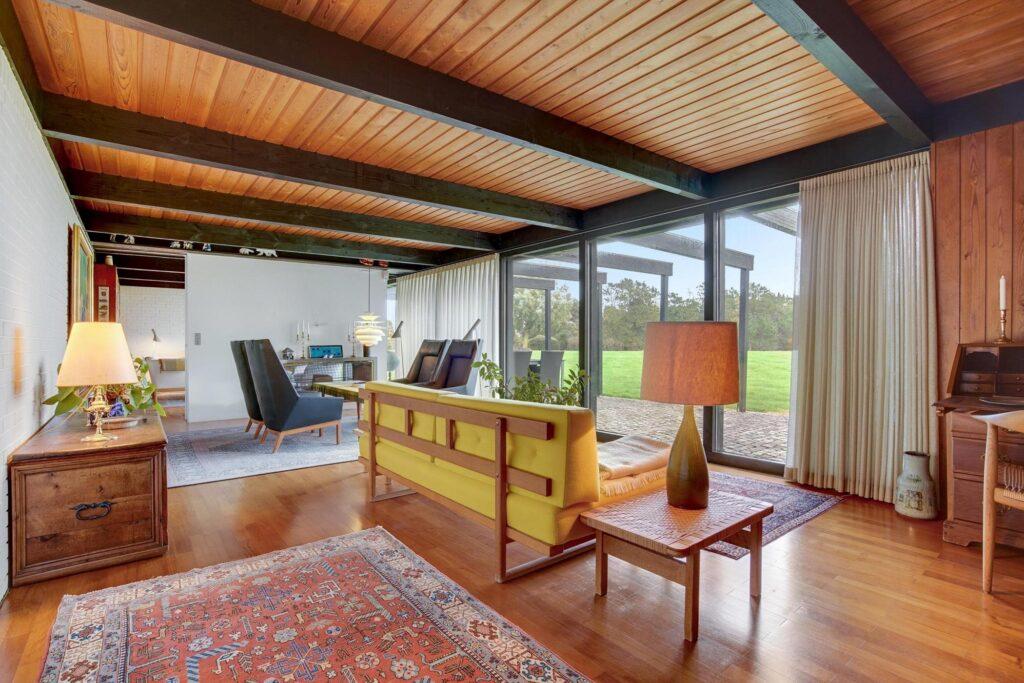 Stue med træpaneler og udsigt
