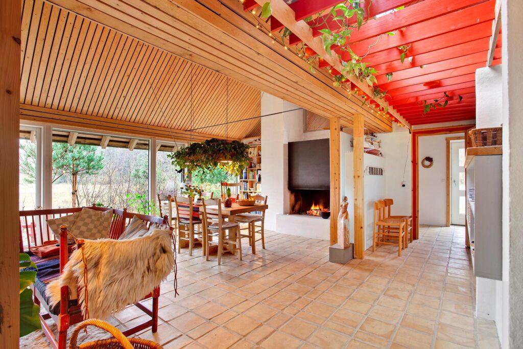 Japandi, fusion af dansk bondehus og japansk arkitektur. stue med åben pejs