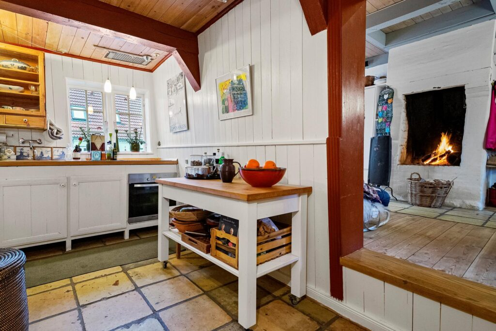 køkken med stor pejs, Gammel smuk pejs, åben ild, fireplace