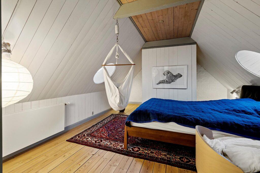 Soveværelse i gammel bindingsværkshus, runde ovenlys