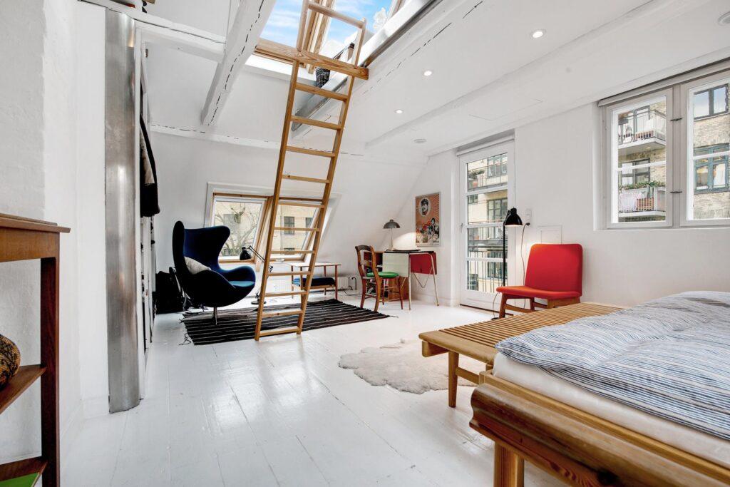 Soveværelse med ovenlys og hems