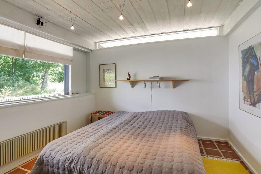 Soveværelse med vinduesbånd